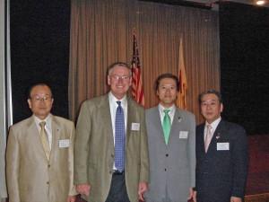 左から武蔵村山の荒井三男市長、新司令官ニューエル大佐。右端が武蔵村山市の宮崎起志議長