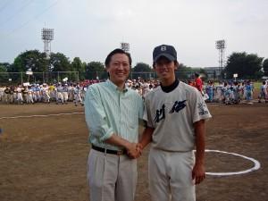 創価高校野球部の5番打者・小松捕手とツーショット