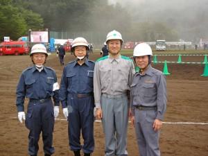 左から武蔵村山市の持田浩志教育長、荒井三男市長、右端が宮崎起志議長