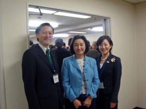 中央が幸田シャーミンさん、右が松葉多美子都議