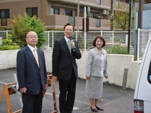 市議会の山川昌子副議長(右)、伊藤真一市議と